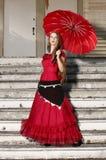 Jeune femme dans la robe rouge. photo stock