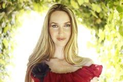 Jeune femme dans la robe rouge image libre de droits