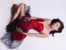 Jeune femme dans la robe rouge photo stock