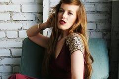 Jeune femme dans la robe rouge avec des paillettes Images stock