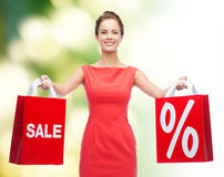 Jeune femme dans la robe rouge avec des paniers Image libre de droits