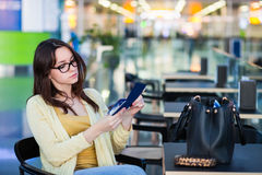 Jeune femme dans la salle d'attente d'aéroport Photos libres de droits