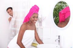 Jeune femme dans la salle de bains Image libre de droits