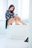 Jeune femme dans la salle de bains Photo stock