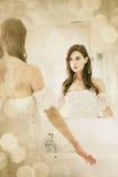Jeune femme dans la salle de bains Photographie stock libre de droits
