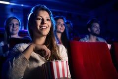 Jeune femme dans la salle de cinéma Images stock