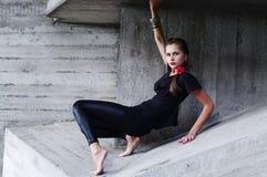 Jeune femme dans la trappe concrète Photo stock