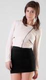 Jeune femme dans la veste et la jupe photo stock