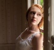 Jeune femme dans la vieille Chambre Photographie stock libre de droits