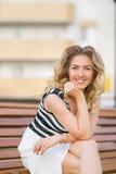 Jeune femme dans la ville Photographie stock libre de droits
