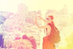 Jeune femme dans la ville de San Francisco avec le sourire de lancement éclairé à contre-jour par lueur chaude du soleil Photos stock