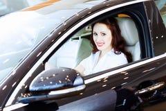 Jeune femme dans la voiture Images stock