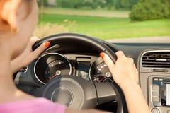 Jeune femme dans la voiture Photos stock