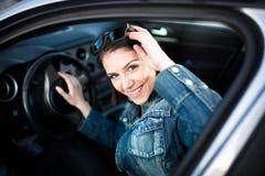 Jeune femme dans la voiture partant en voyage par la route Étudiant de conducteur d'étudiant conduisant la voiture Examen de perm Photos stock