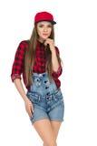 Jeune femme dans le bûcheron rouge Shirt And Dungarees photo libre de droits