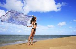 Jeune femme dans le bikini à la plage de Las Terrenas, péninsule de Samana Photographie stock