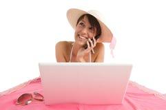 Jeune femme dans le bikini avec l'ordinateur portatif Photos libres de droits
