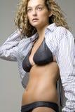 Jeune femme dans le bikini et la chemise ouverte Photo libre de droits