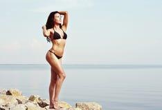 Jeune femme dans le bikini noir Images libres de droits