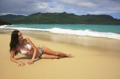 Jeune femme dans le bikini s'étendant à la plage de Rincon, péninsule de Samana Image stock