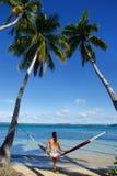 Jeune femme dans le bikini se reposant dans un hamac Photos stock