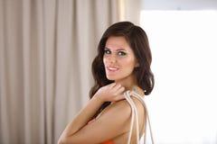 Jeune femme dans le bikini tenant un sac Photographie stock libre de droits