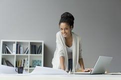 Jeune femme dans le bureau photos libres de droits