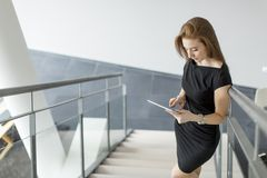 Jeune femme dans le bureau Photo stock