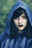 Jeune femme dans le capot Photo libre de droits