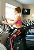 Jeune femme dans le centre de fitness photo stock
