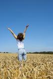 Jeune femme dans le champ de maïs Photos stock