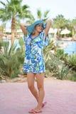 Jeune femme dans le chapeau bleu sur la plage Photographie stock libre de droits
