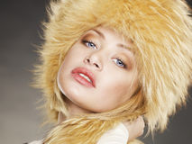 Jeune femme dans le chapeau de fourrure Photos stock