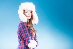 Jeune femme dans le chapeau de fourrure d'habillement d'hiver Images stock
