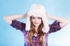 Jeune femme dans le chapeau de fourrure d'habillement d'hiver Images libres de droits