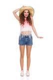 Jeune femme dans le chapeau de paille Image libre de droits