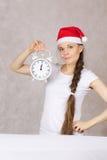 Jeune femme dans le chapeau de Santa Image libre de droits