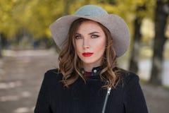 Jeune femme dans le chapeau extérieur sur le fond de nature photo libre de droits
