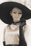 Jeune femme dans le chapeau noir images stock