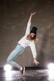 Jeune femme dans le chapeau noir dansant sur la pointe des pieds Photo libre de droits