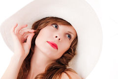 Jeune femme dans le chapeau rêvant de l'été Photos libres de droits