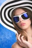 Jeune femme dans le chapeau rayé Photographie stock