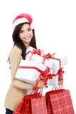 Jeune femme dans le chapeau/Santa de Noël avec les paniers et le cadeau Photo stock