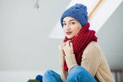 Jeune femme dans le chapeau tricoté à la main chaud à la maison Photos libres de droits