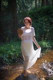 Jeune femme dans le courant II de forêt photos stock