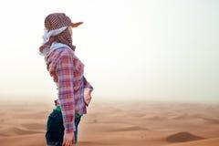 Jeune femme dans le désert Photographie stock libre de droits