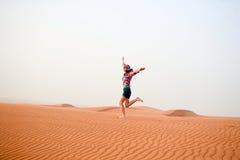 Jeune femme dans le désert Photos stock