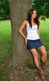 Jeune femme dans le dessus de réservoir et la jupe de denim Photographie stock libre de droits
