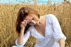 Jeune femme dans le domaine d'or Photos libres de droits