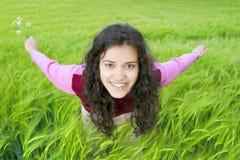 Jeune femme dans le domaine du blé Photographie stock